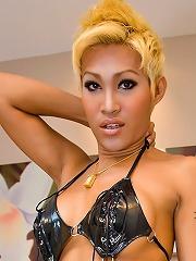 Blonde ladyboy Patty baring ...